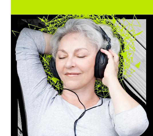 kobiet słuchająca muzyki przez słuchawki